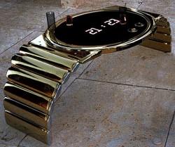 Il coffee table diventa un orologio gigante in oro