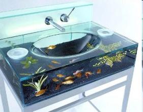 Moody Aquarium Sink, lavarsi il viso nell'acquario