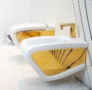 Il bagno di Hidra si tinge di oro