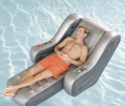 Massaggi e iPod in piscina con il materassino HiTech