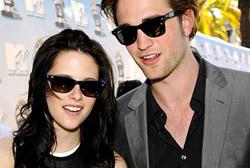 Robert Pattinson, insieme a Kristen Stewart, presentatore al concerto di sua sorella