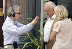 """You Will Meet a Tall Dark Stranger"": foto del nuovo film di Woody Allen, con Hopkins e Banderas"