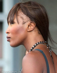 Cosa è successo ai capelli di Naomi Campbell?