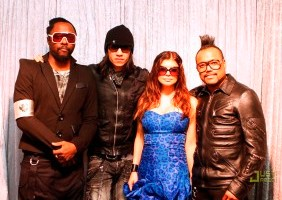 Mondiali di Calcio in Sudafrica, i Black Eyed Peas atterrano a Johannesburg: ecco le immagini