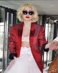 Lady Gaga, nuovo scandalo: dopo il bikini allo stadio eccola in reggiseno all'aeroporto