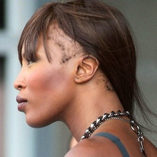 Naomi Campbell perde i capelli