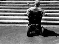 Disabile arriva tardi a messa, il prete gli nega la comunione