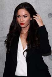 Megan Fox a Milano per Armani, ma il suo viso rifatto non piace