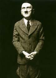 Arte: Maurizio Cattelan raffigura Hitler mentre prega e a Milano scoppia la polemica