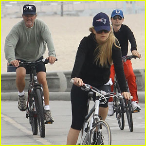 Riunione di famiglia: Matthew Bellamy, Kate Hudson e i genitori di lei a spasso in bici