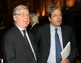 """Il """"regalo"""" digitale a Mediaset fa divampare la polemica politica"""