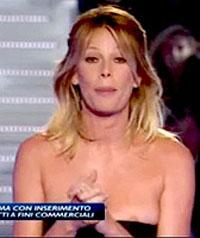 GF11: Alessia Marcuzzi mostra il seno, la Gialappa's Band ne approfitta