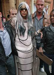 Lady Gaga sfoggia un nuovo look alla Crudelia De Mon
