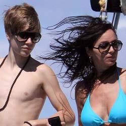 Justin Bieber e Jasmine Villegas in barca alle Hawaii: ecco le foto