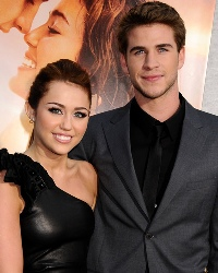 Miley Cyrus e Liam Hemsworth premiati per il miglior bacio ai Kids Choice Awards