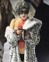Lady Gaga in versione Crudelia De Mon insanguinata