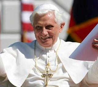 Papa Benedetto XVI: sì al preservativo, no al sacerdozio femminile