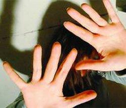 Padre violenta la figlia, la madre lo incita