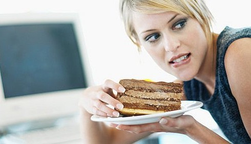 Lo stress genera fame da cibi grassi