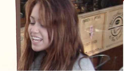 Dopo lo scandalo bong, Miley Cyrus instancabile sul set di