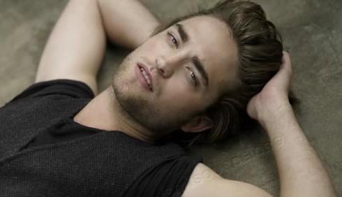 Kellan Lutz loda gli addominali di Robert Pattinson