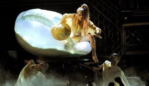 Lady Gaga ai Grammy Awards 2011 dentro un uovo