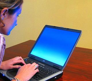 Le donne spiano i fidanzati online: stalking telematico?