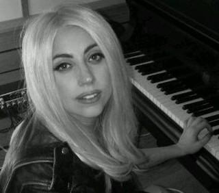 Lady Gaga: Born This Way domani e il libro di Luc Carl