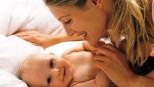 Una mamma coccola il suo piccolo di pochi mesi