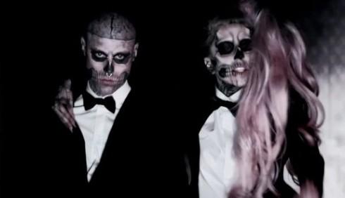 Lady Gaga sfila per Mugler a Parigi