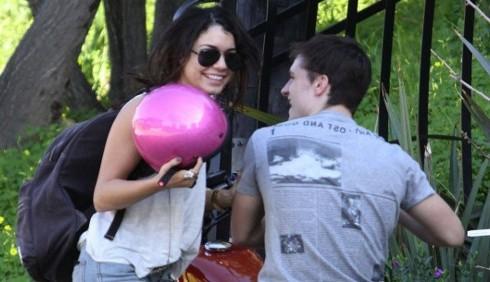 Vanessa Hudgens e Josh Hutcherson motociclisti insieme