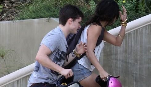 Vanessa Hudgens con Josh Hutcherson in moto