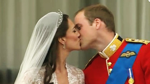 Principe William e Kate Middleton: il bacio a Buckingham Palace