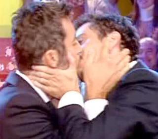 Luca e Paolo, bacio gay contro Carlo Giovanardi