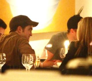 Robert Pattinson a Berlino con una misteriosa bionda