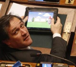 Deputato gioca con l'iPad alla Camera