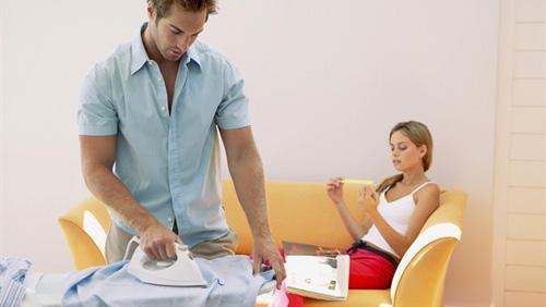 Lui si rilassa di pi quando lei lavora diredonna - Organizzare le pulizie di casa quando si lavora ...