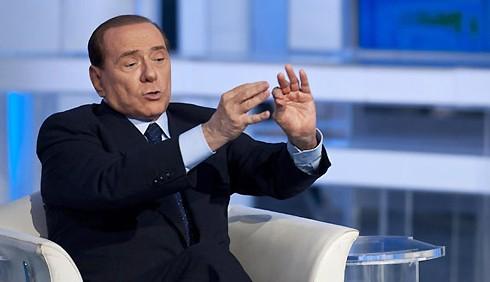 Sinistra senza cervello? Anziana querela Silvio Berlusconi