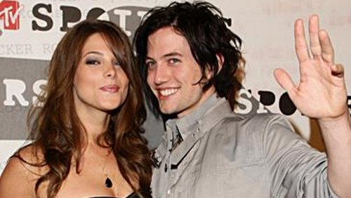 Ashley Greene e Jackson Rathbone si baciano dopo un concerto