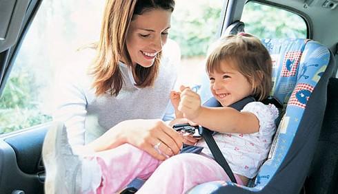 Bambini dimenticati in auto, l'allarme dei pediatri
