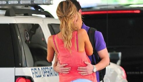 Nick Jonas e Delta Goodrem si baciano in aeroporto