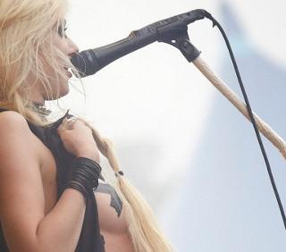 Taylor Momsen a seno nudo e senza gonna