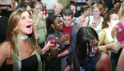 Binge drinking: in estate troppo alcol per i giovani, ecco i rischi