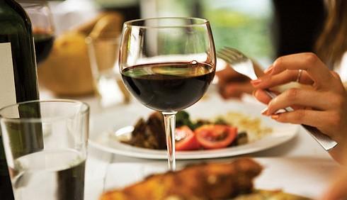 Donne, bere alcol con moderazione migliora la vecchiaia?