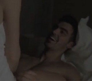 Joe Jonas nudo nel video di Just in love