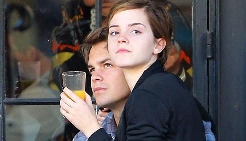 Emma Watson chiede a Johnny Simmons di convivere