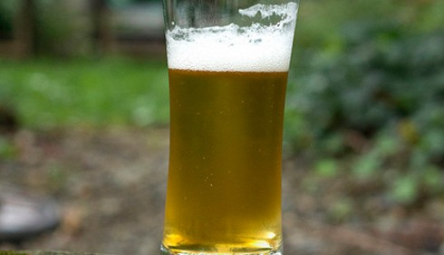 Calano i consumi di alcol, ma i giovani esagerano