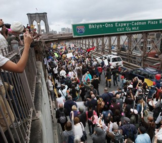 New York contro Wall Street: marcia sul ponte di Brooklyn