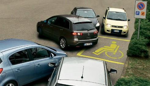 Furto di posti auto per disabili, fioccano le proteste