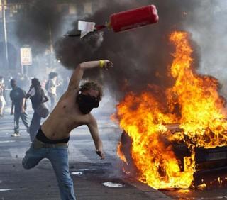 Preso il black bloc con l'estintore: «Volevo spegnere l'incendio»